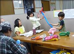 放課後等デイサービス:バルーンアートの一コマです。学習支援や個別の創作活動も取り組んでいます。